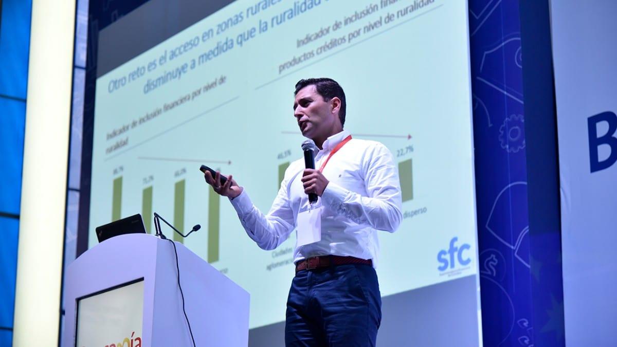 Jorge Castaño, superintendente financiero, derogó la circular de 2010 que prohibía el uso de dispositivos móviles en oficinas bancarias